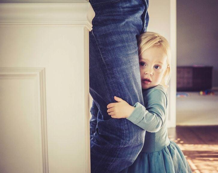 Kind klammert sich ans Hosenbein