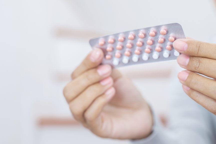Frau hält Pillen-Blister in der Hand,[Translate to FR:] IStock 1162247113