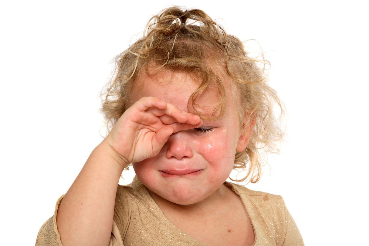 weinendes Kind reibt sich die Augen