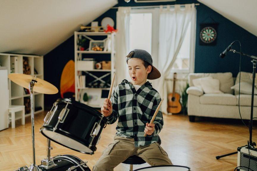 Junge spielt Schlagzeug