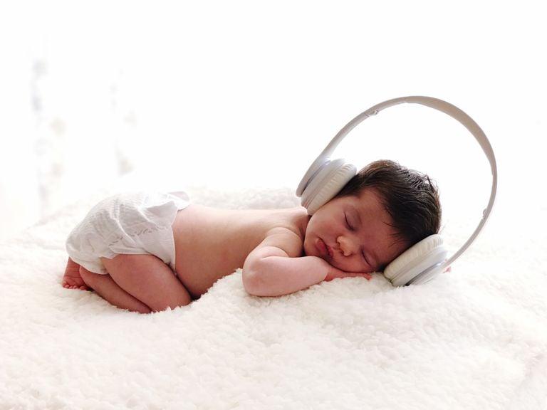 Säugling mit Kopfhörern schläft