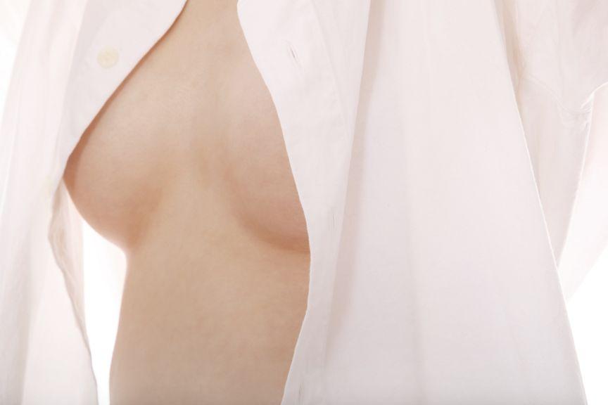nackte Brust mit offener Bluse