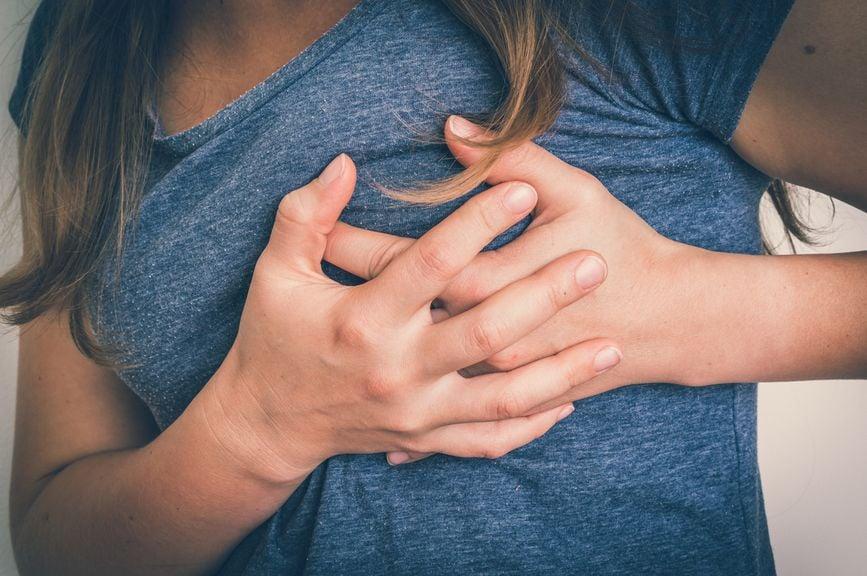 Frau hat Schmerzen in der Brust