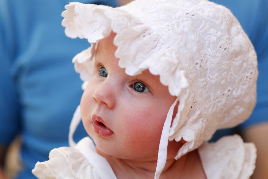 Baby mit Spitzenhaube