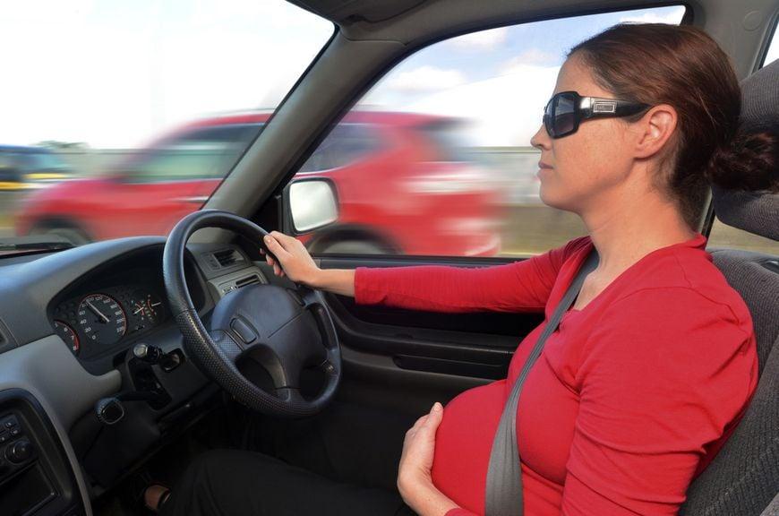 Schwangere am Steuer eines Autos