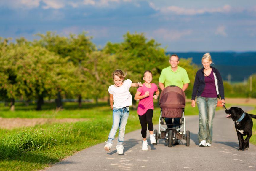 Familie mit Kindern und Hund beim Spaziergang