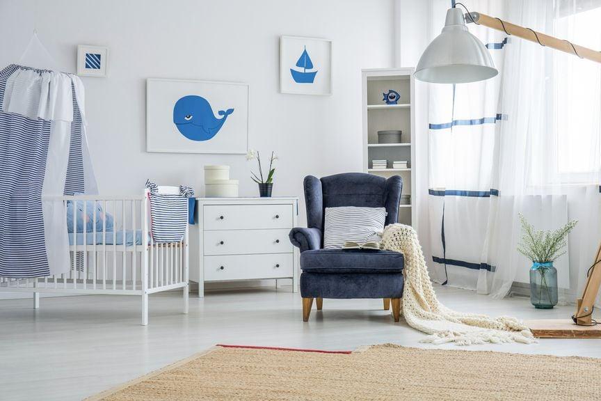 Kinderzimmer Gitterbett und Sessel