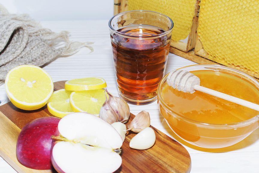 Honig, Tee, Brett mit Knoblauch, Apfel und Zitrone