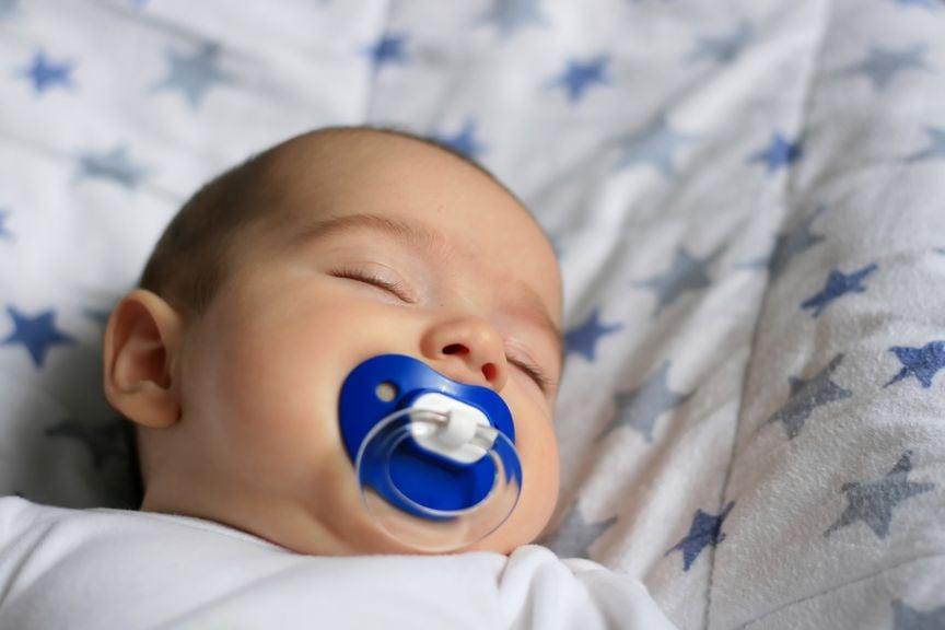 Schlafendes Baby mit Nuggi