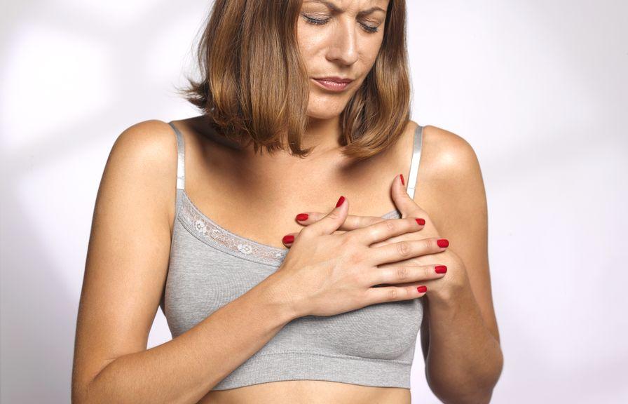 Frau hält sich die Hände vor die Brust