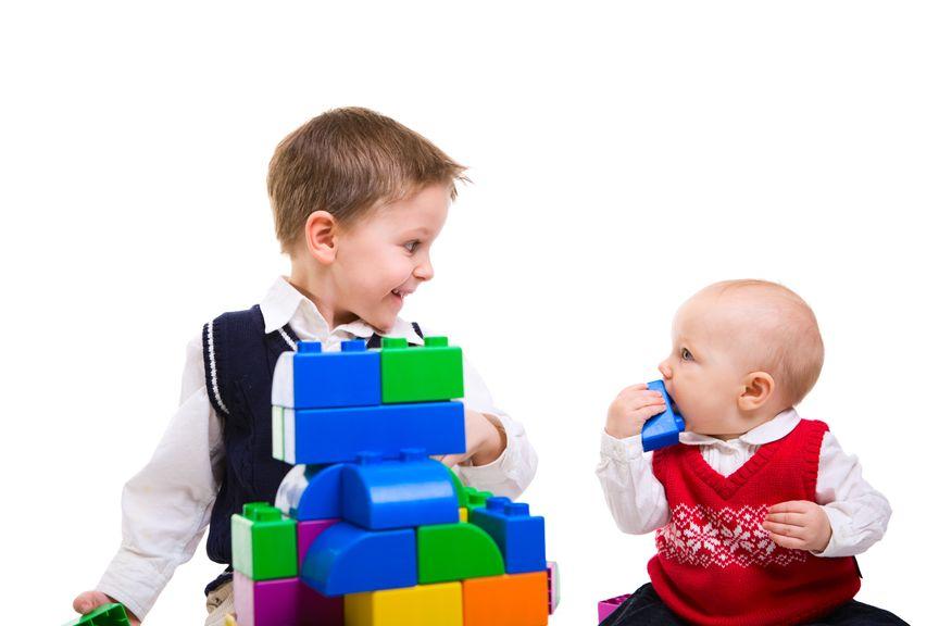 Baby und Kind spielen
