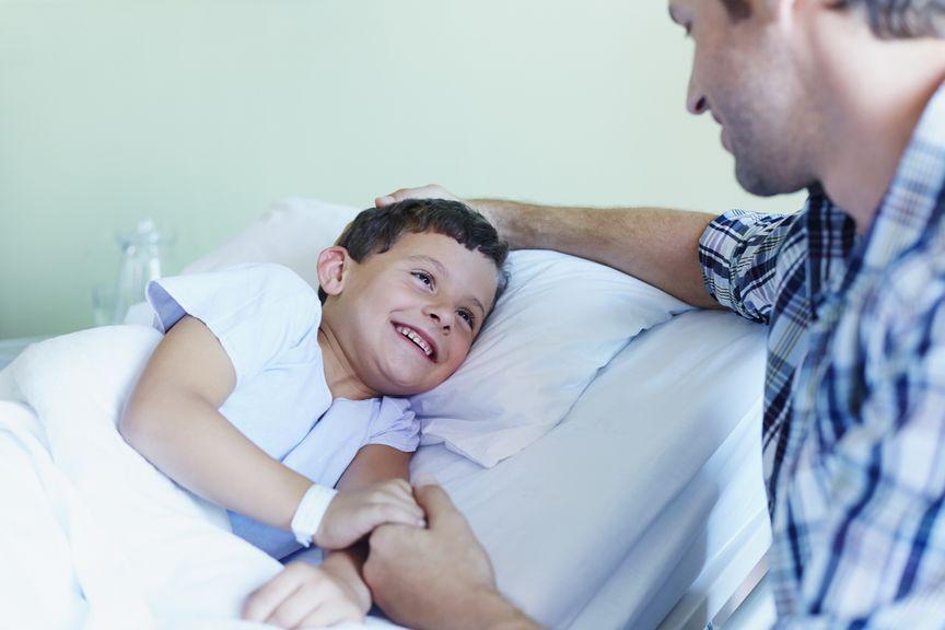 Vater mit Sohn im Spital