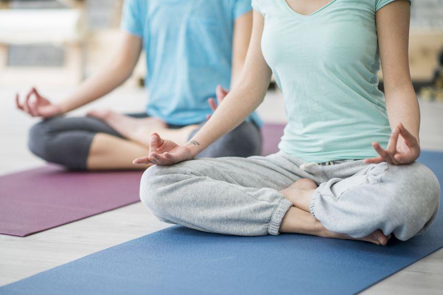 Teilansicht von zwei Frauen beim Yoga