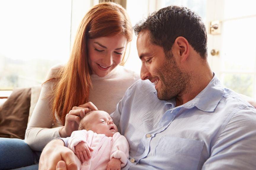 Neugeborenes im Arm des Vaters