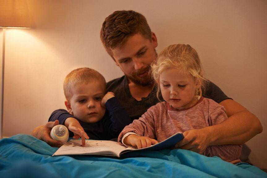 Abendritual vorlesen mit Vater