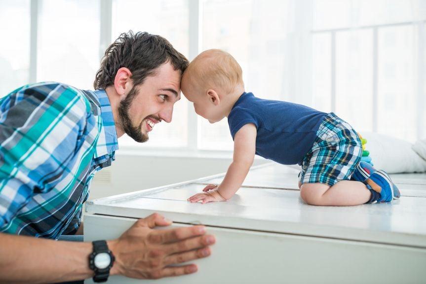 Vater und Sohn Kopf an Kopf
