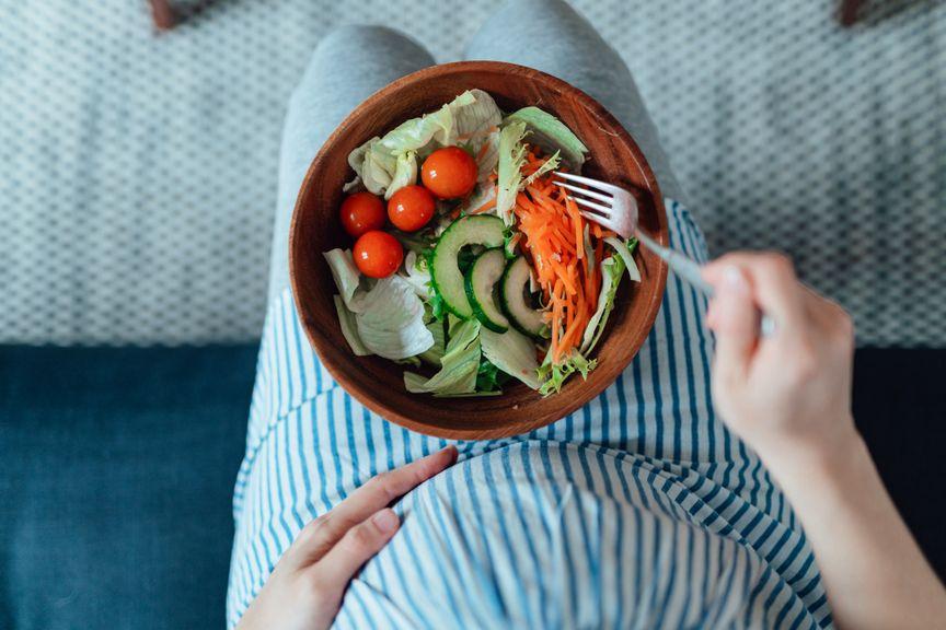 Schwangere isst Salat