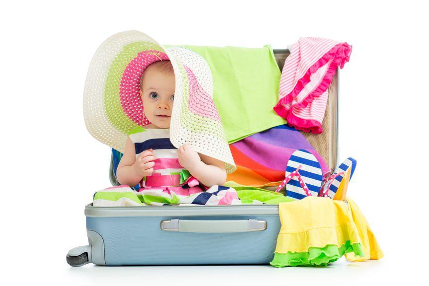 Baby im Reisekoffer und Strohhut