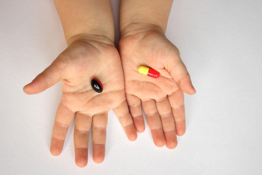Kinderhände mit Tabletten