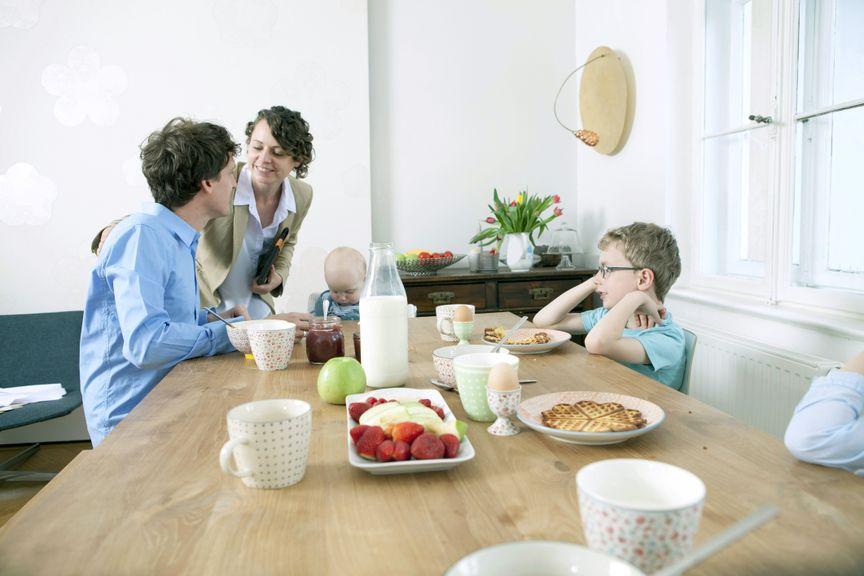 Familie am Frühstückstisch, Mutter geht zur Arbeit