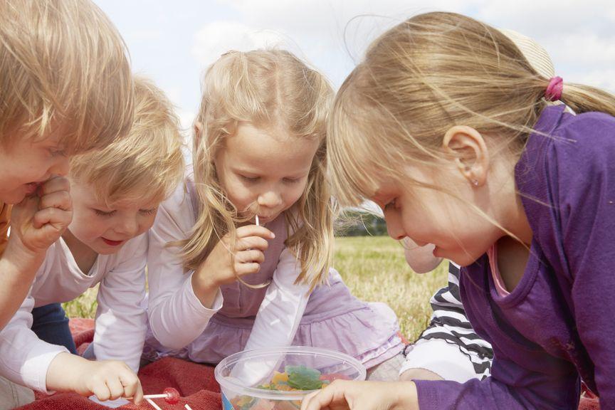 Kinder und Süssigkeiten