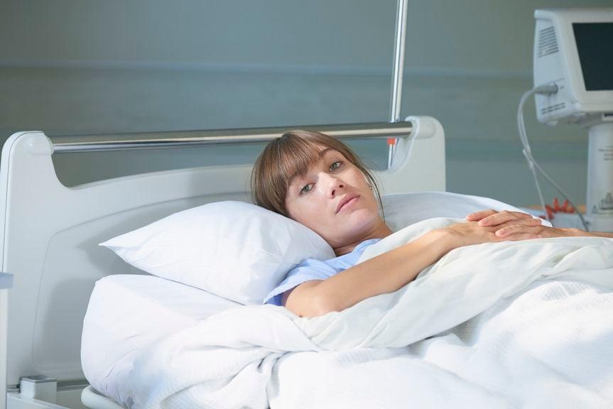 Frau im Spitalbett