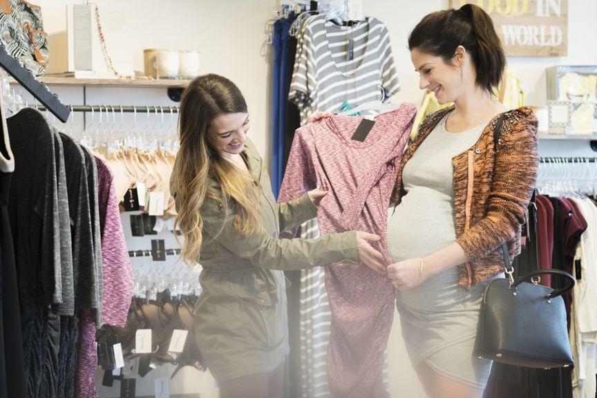 Schwangere beim Shopping