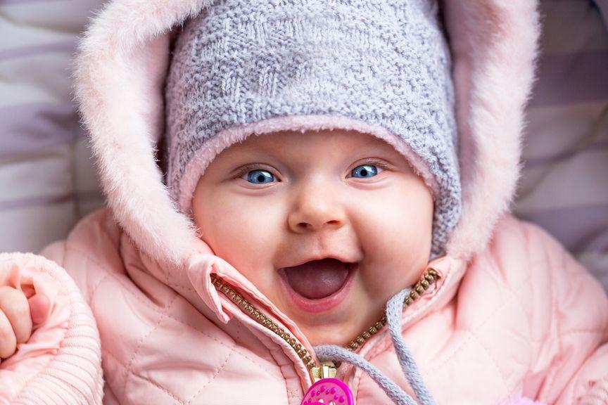 Baby in einer Winterjacke und Mütze
