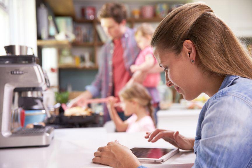 Familie mit moderner Aufgabenteilung