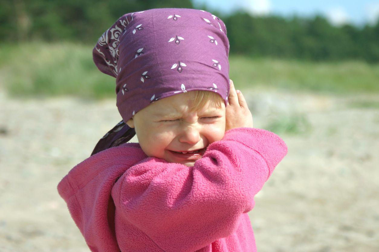 Kind mit Kopftuch ist wütend