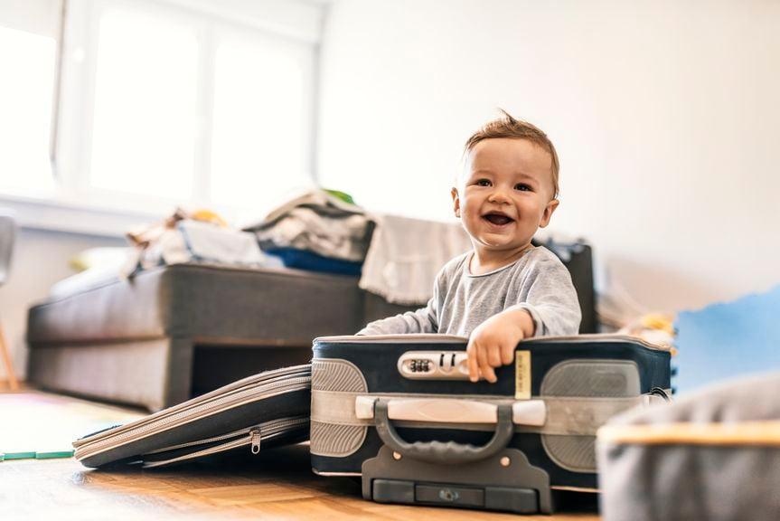 Kleinkind sitzt in einem Koffer