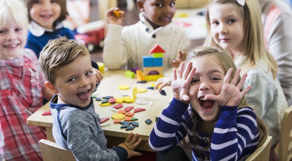 Gruppe Kinder spielt am Tisch