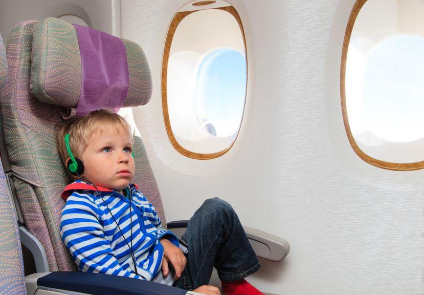 Kind im Flugzeug mit Kopfhörern