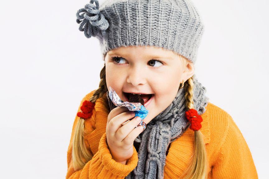 Mädchen isst Schokolade
