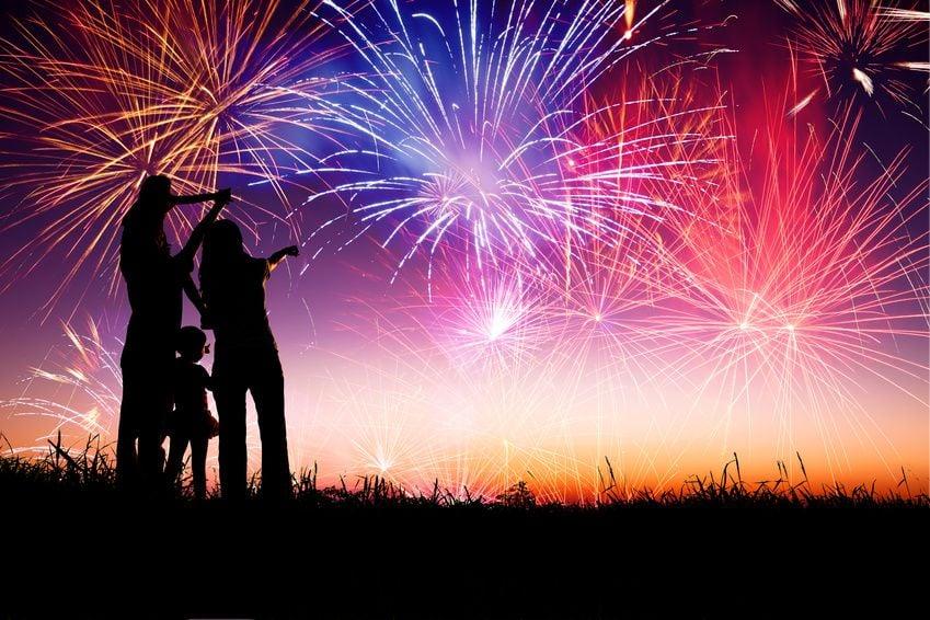 Familie beim Feuerwerk