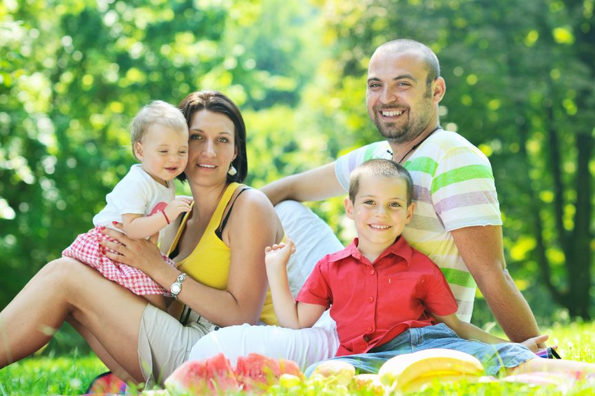 Eltern und Kinder bei einem Picknik im Wald
