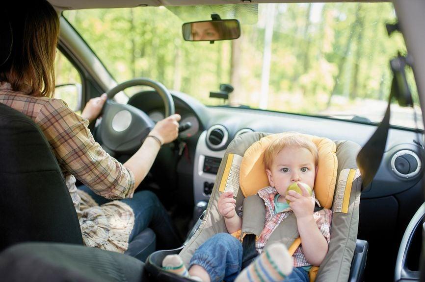 Baby im Kindersitz auf dem Beifahrersitz