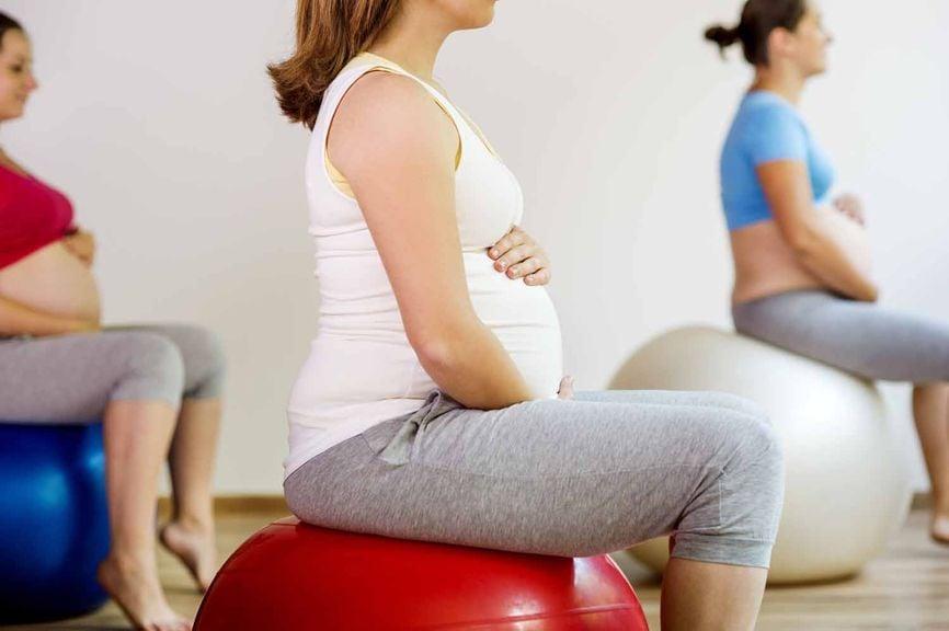 Schwangere gemeinsam auf Gymnastikbällen