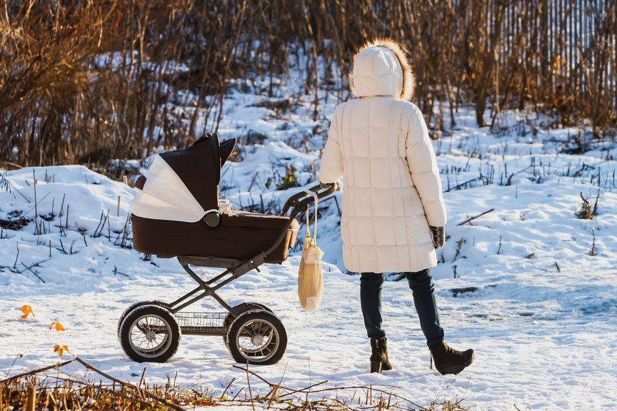 Winterspaziergang mit Kinderwagen