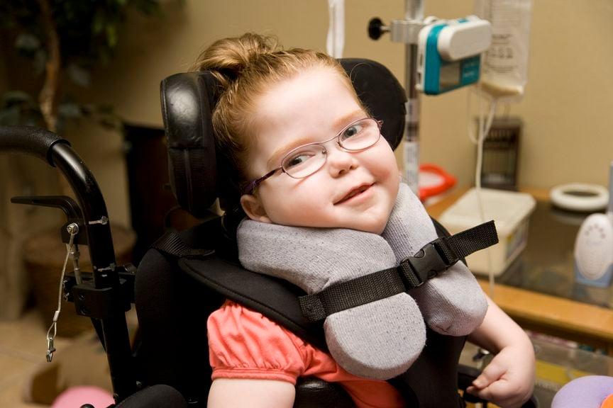 Kind mit Behinderung im Rollstuhl