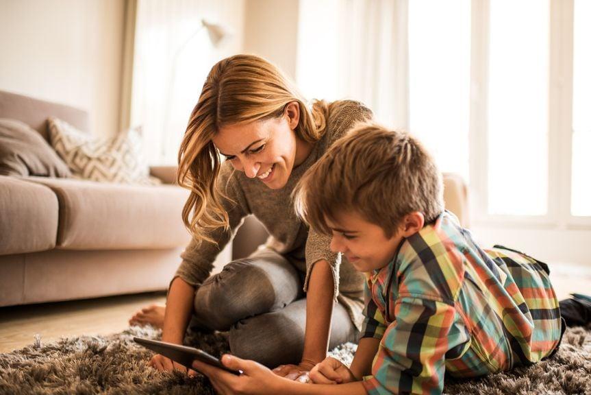 Mutter und Sohn mit Tablet