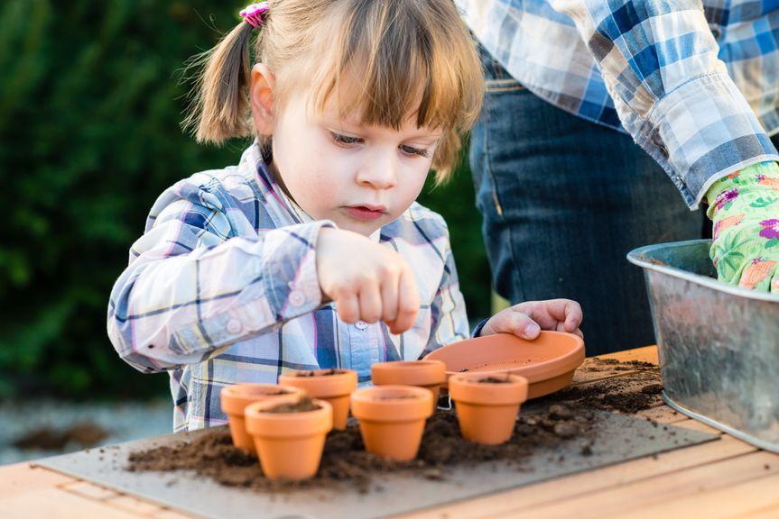 Mädchen bei der Gartenarbeit