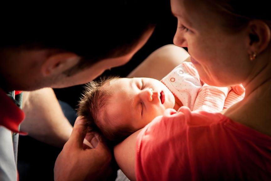 Eltern mit ihrem Neugeborenen