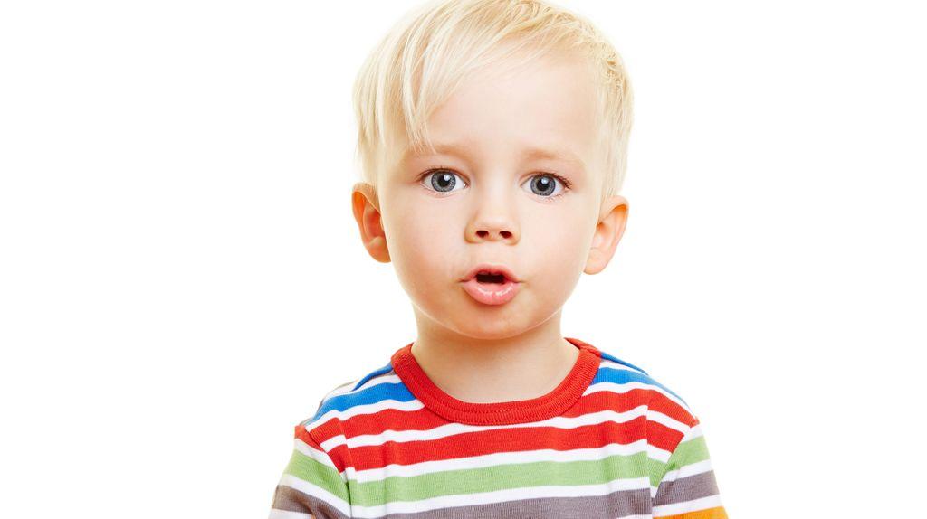 Kind formt mit dem Mund ein Wort