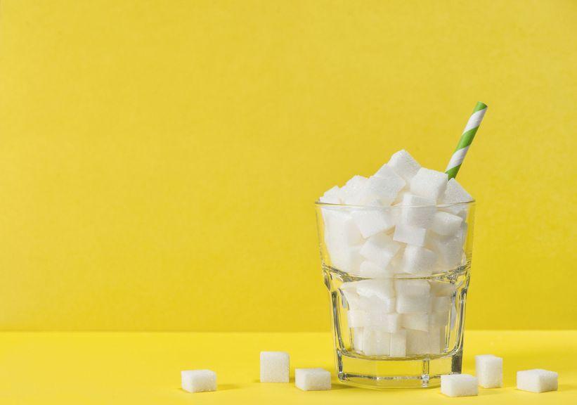 Zuckerwürfel im Softdrink-Glas