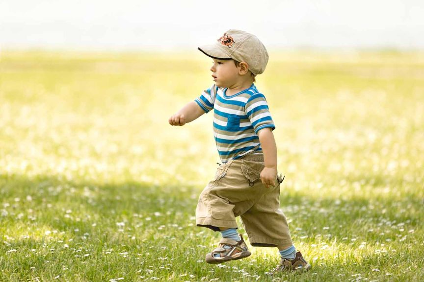 Junge rennt über die Wiese