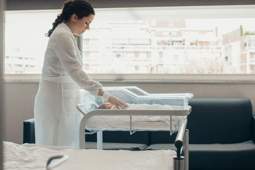 Mutter im Spital mit Neugeborenem