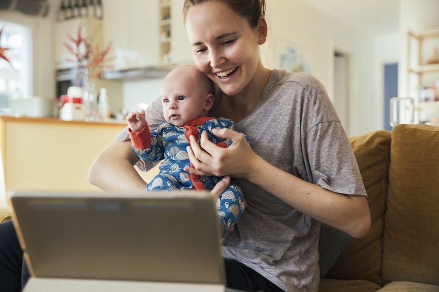 Mutter mit Baby im Videocall