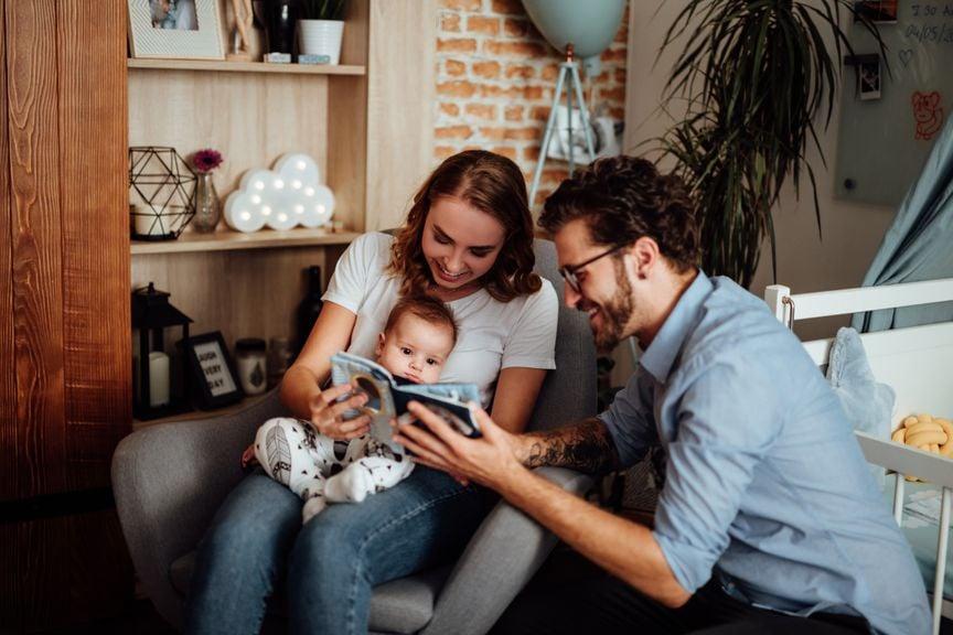 Eltern mit ihrem erstgeborenen Baby