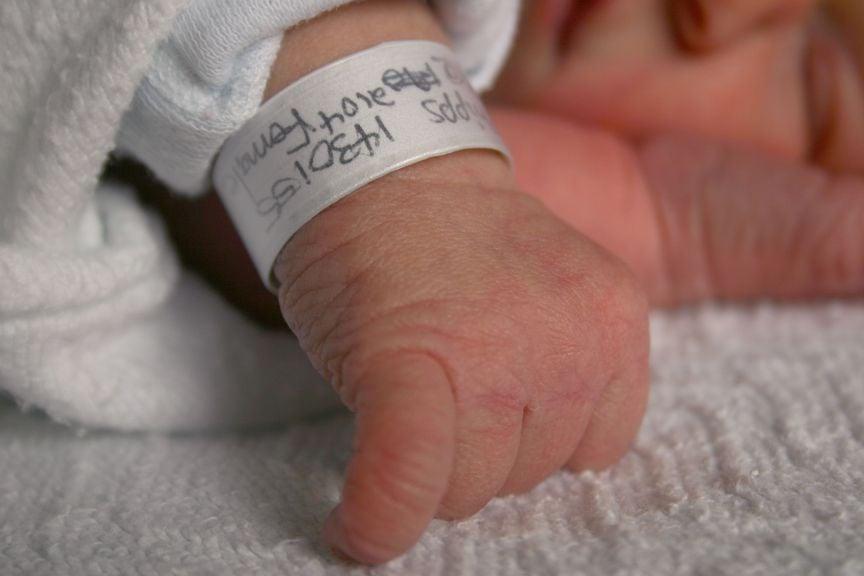 Neugeborenes mit Namensbändchen